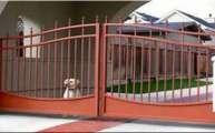 Bên Trong Cánh Cổng Sắt Sơn Màu Đỏ