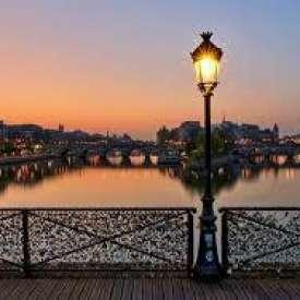 Một Điểm Hẹn Lãng Mạn ở Paris